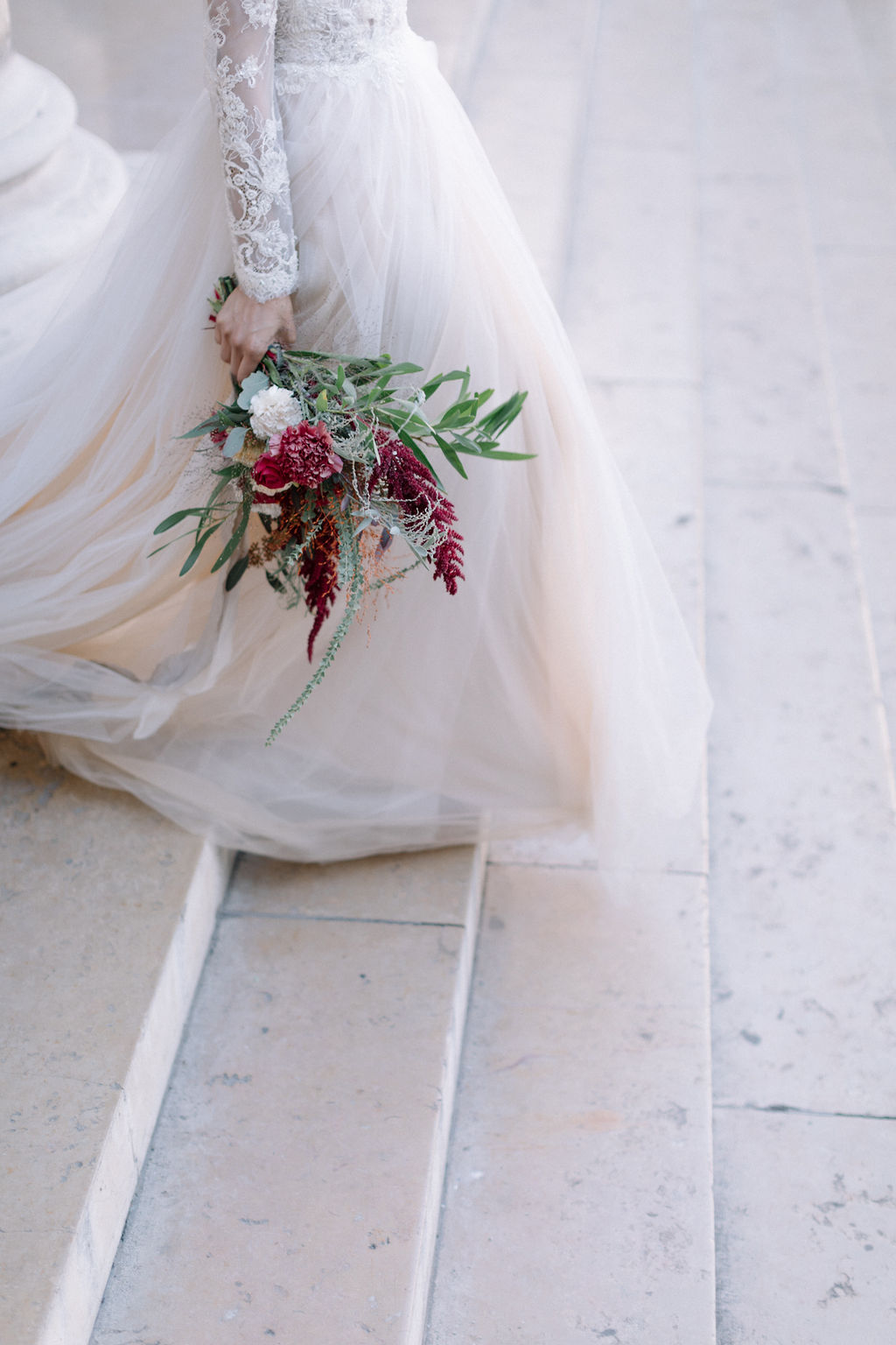 sublime bouquet tenue à la main de la mariée qui descend les marches dans paris