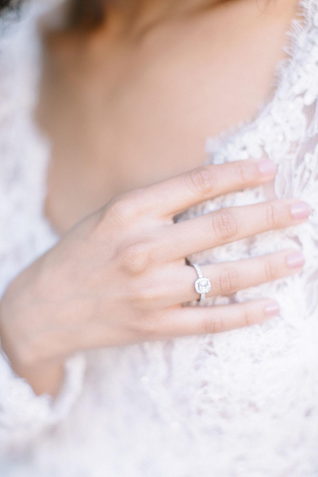 somptueuse bague or du monde portée par la mariée