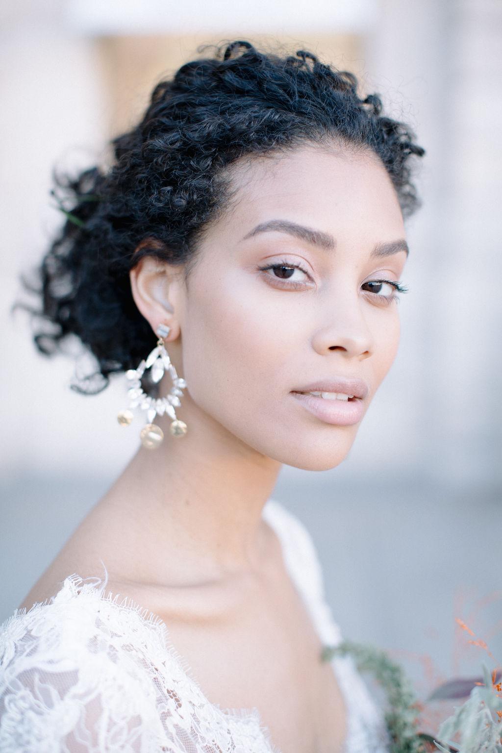 sublime modele en robe de mariée un bouquet à la main