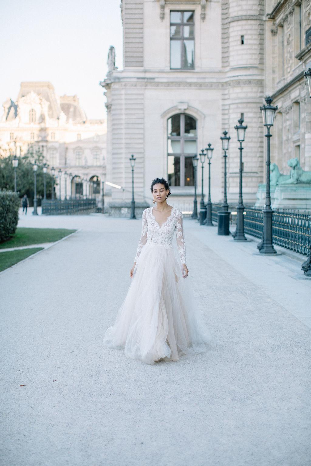 belle mariée se promenant dans les jardins à paris près du musée du Louvre