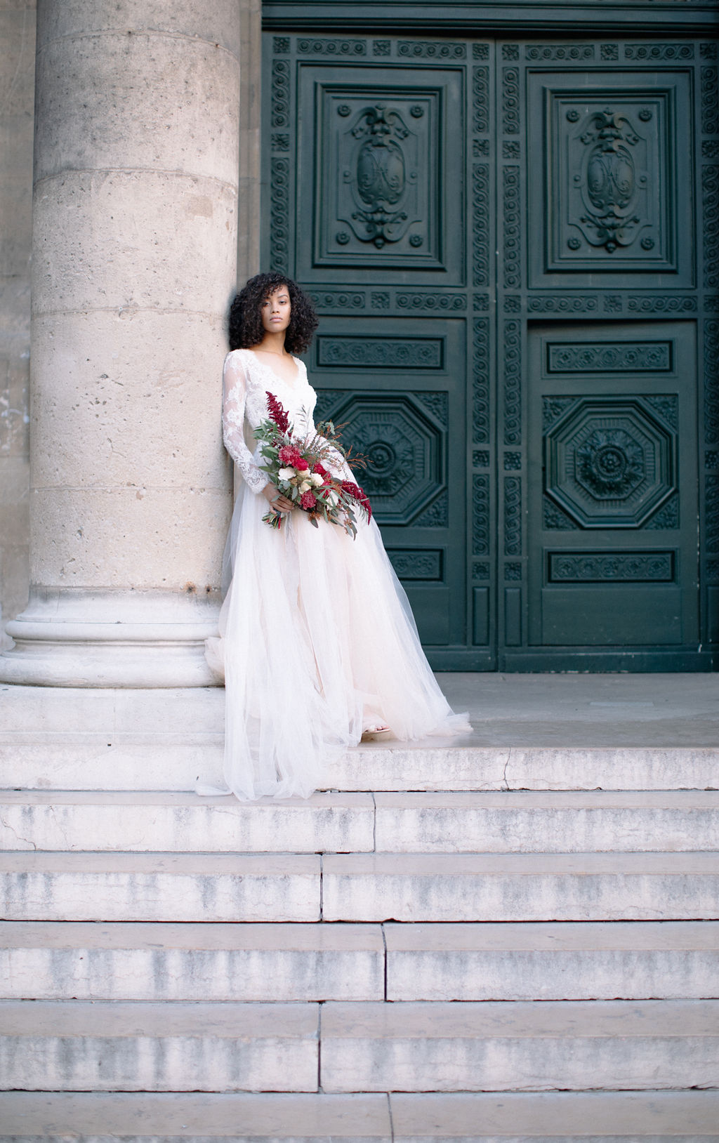 belle-mariée-tenant-son-bouquet-à-paris-place-vendome