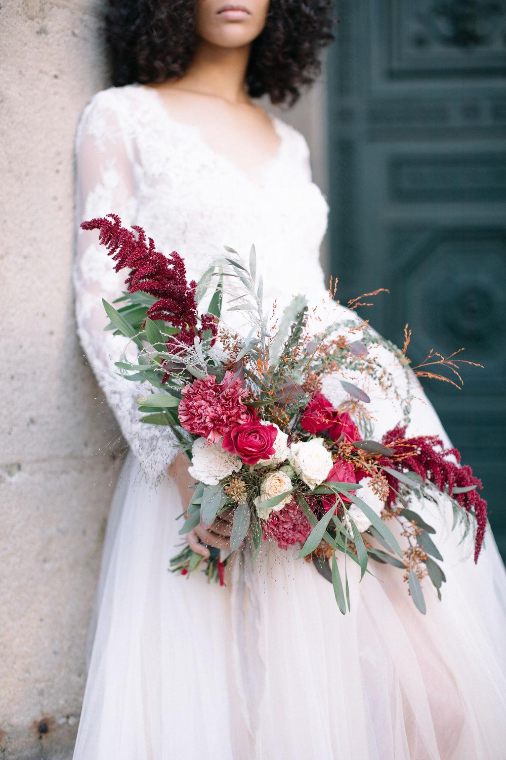 magnifique bouquet de mariée dans les tons d'automne tenue par la mariée située sur la place vendome à Paris