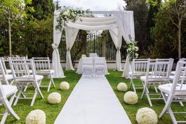 une belle cérémonie de mariage en extérieure, tout en blanc