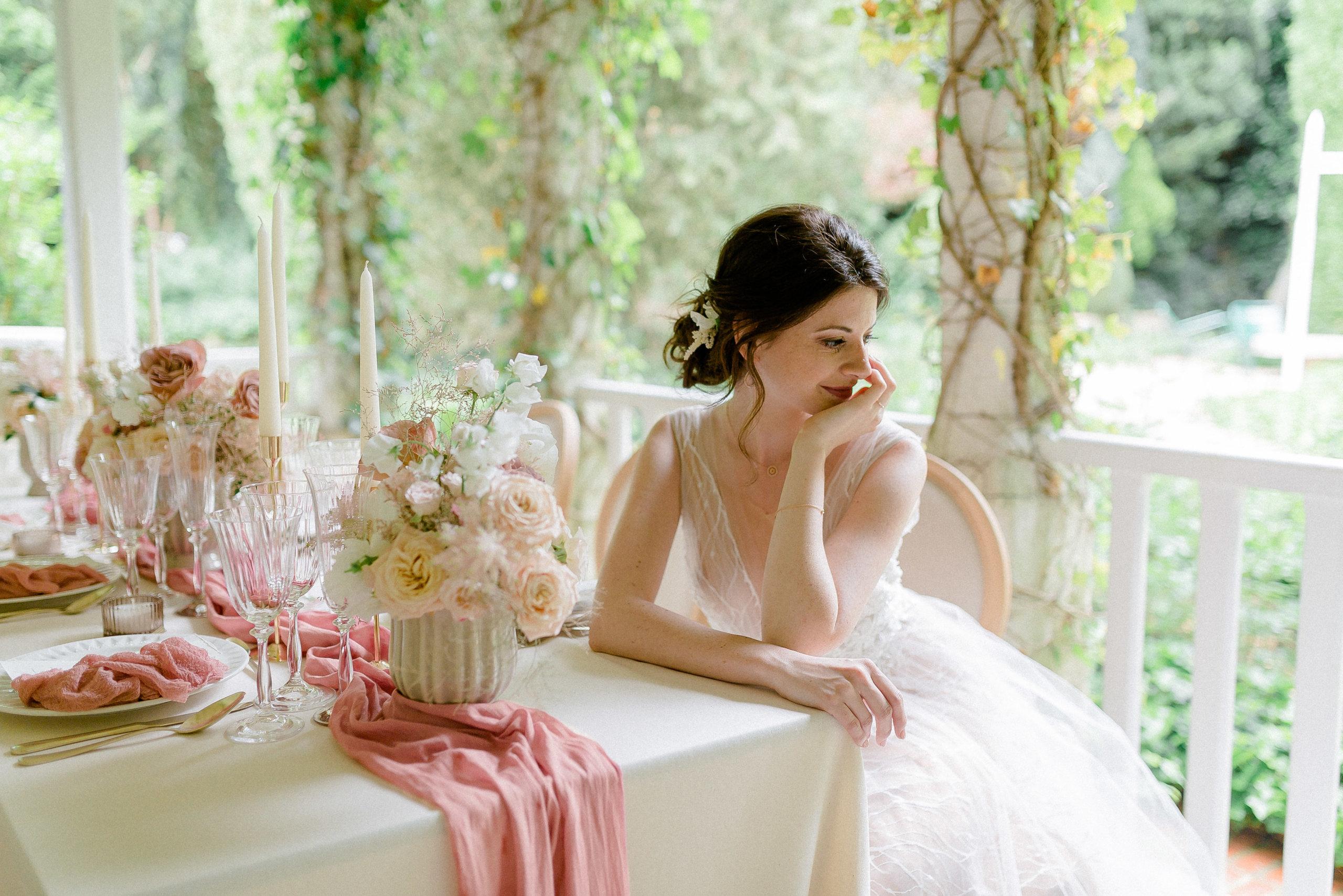 la-mariée-a-la-rencontre-de-son-pere-pour-l'accompagner-a-son-futur-mari